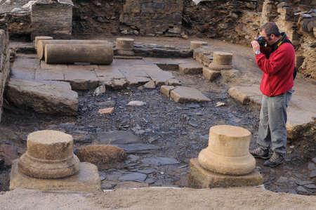 """Archeoloog nemen van foto's in de patio van het """"Domus"""" Archeologische site """"Chao Samartin"""" Asturias SPANJE Redactioneel"""