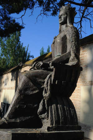 isabel:  Isabel la Cat�lica statue -   in ALCALA DE HENARES ( 15 th ). Community of Madrid .SPAIN