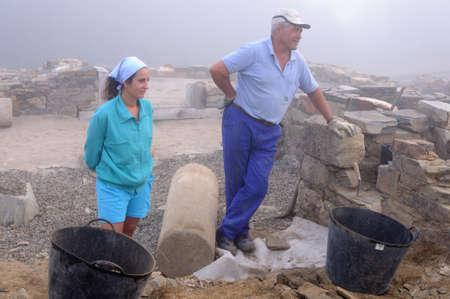 """Werknemers rusten in de patio van het """"Domus"""" Archeologische site """"Chao Samartin"""" Asturias SPANJE Redactioneel"""
