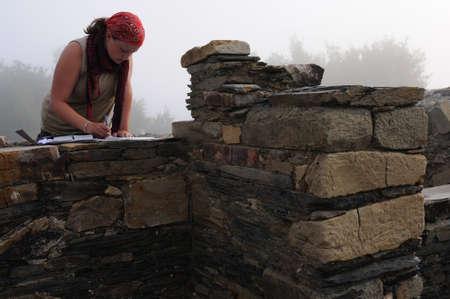 """Archeoloog werken in de thermaalmeer Baden van het """"Domus"""" (1 ste AD) Archeologische site """"Chao Samartin"""" Asturias SPANJE"""