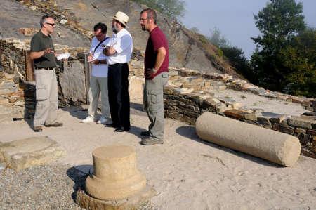 """Archeoloog in reactie op de pers """"Domus"""" Archeologische site """"Chao Samartin"""" Asturias SPANJE"""