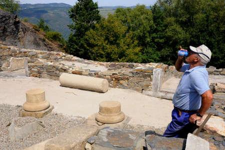 """Worker rusten in de patio van het """"Domus"""" Archeologische site """"Chao Samartin"""" Asturias SPANJE"""
