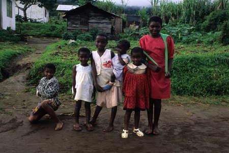 GUINEA ECUATORIAL. Al sur de Bioko. MOCA, chicas. Editorial
