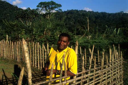 GUINEA ECUATORIAL. . Continental región de Monte Alen Parque Nacional, el hombre en la empalizada.