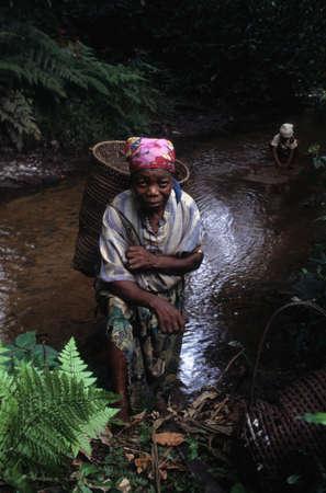 GUINEA ECUATORIAL. Región continental de Monte Alen Parque Nacional. Mujer con canasta.