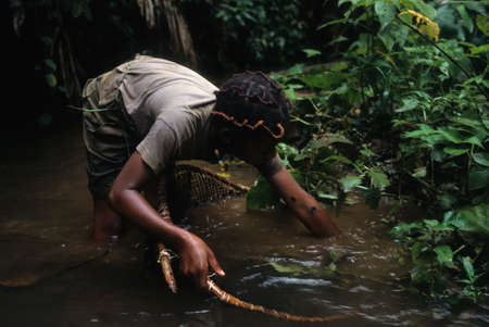 "Colmillo chica con red de pesca. ""Monte Alen Parque Nacional"" Continental GUINEA ECUATORIAL Región Editorial"