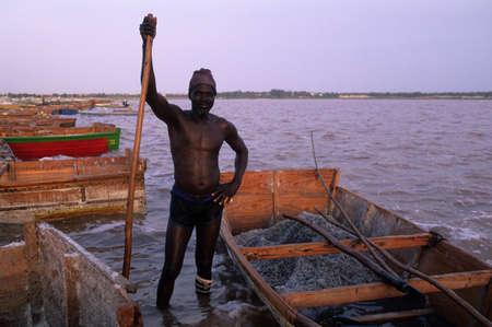 SENEGAL.Regi�n de Dakar.LAGO ROSA  ( RETBA ) ;  Hombre extrayendo sal del lago. Editorial