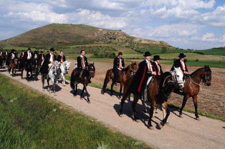 """fraternidad: ESPA�A. Castilla-La Mancha. Guadalajara. ATIENZA, Fiesta de La Caballada. """"El pacto de los arrieros"""" Hermandad a caballo."""