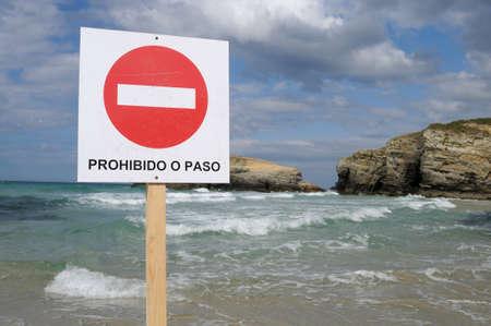 """prohibido el paso: No hay se�al prohibido el paso """"Praia As Catedrais"""" - Ribadeo CONSEJO. Provincia de Lugo. Galiza. ESPA�A Foto de archivo"""