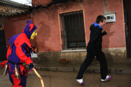 """Razbona, ESPAÑA - 06 de enero 2011 - Máscara """"La botarga"""" personajes mágicos en el carnaval. (Mejora de los cultivos). Pedir limosna en RAZBONA provincia de Guadalajara. Castilla-La Mancha. ESPAÑA Foto de archivo - 12142737"""