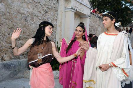 """toga: SPAGNA. Castilla y Len. Burgos. Baos Valdearados de. """"Festa di Bacco"""", rappresentazione dell'aristocrazia romana nella piazza principale."""