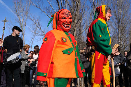 """Retiendas, ESPAÑA - 06 de febrero 2011 -; CARNAVAL """"botarga - Motley LA CANDELARIA"""" RETIENDAS (rango Tamajn montaña) Provincia de Guadalajara. Castilla-La Mancha. ESPAÑA Foto de archivo - 12256521"""