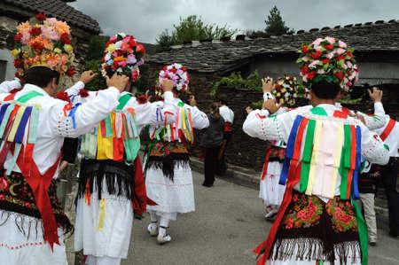"""Bailarines de """"Fiesta del Santo Nio"""" Majaelrayo (ruta Negro Arquitectura) Provincia de Guadalajara. Castilla - La Mancha. ESPAÑA"""