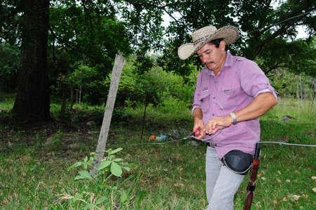 huila: Reparaci�n valla en RIVERA. Departamento del Huila. COLOMBIA Editorial