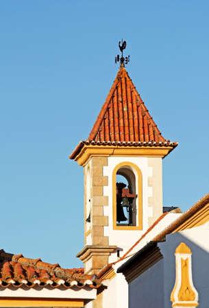 puntos cardinales: Campana de la Iglesia de la torre con polla de puntos cardinales en la parte superior de la cubierta  Foto de archivo