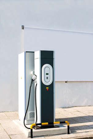 cables electricos: Nuevo cargador de coche el�ctrico con un panel de lienzo blanco para publicidad exterior
