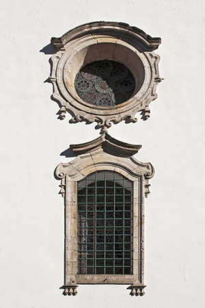 vetrate colorate: Vetrate della vista laterale ovest della chiesa della Madonna dei rimedi contro la droga (Nossa Senhora dos Remedios) nella citt� di Lamego, in Portogallo