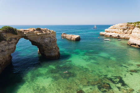 Natural rock arch in the waters of the albandeira Beach in Algarve, Portugal 版權商用圖片