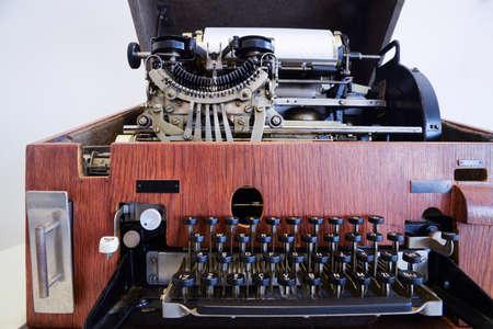 Machine à écrire antique / télex construit dans une boîte en bois