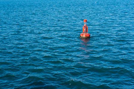 아름 다운 푸른 바다에서 외로운 등 대 부 표