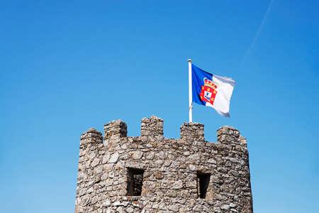 bandera de portugal: Una torre de la pared del oeste del castillo moro, con una bandera portuguesa, en Sintra, Portugal