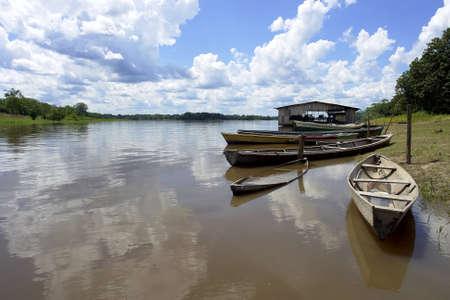 アマゾン川ネイティブ コミュニティ ボート梨、レティシア コロンビア-ブラジル-ペルーの国境の三角地帯の近く
