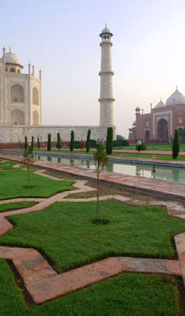 タージ ・ マハルとアグラ、インドの庭の概要 写真素材