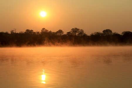 カバンゴ川聖霊降臨祭の霧水表面、Caprivi 地域ナミビア上の日の出