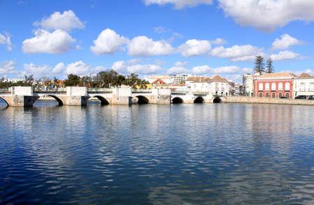Antiguo puente romano hist�rico en Tavira, Algarve Portugal Foto de archivo