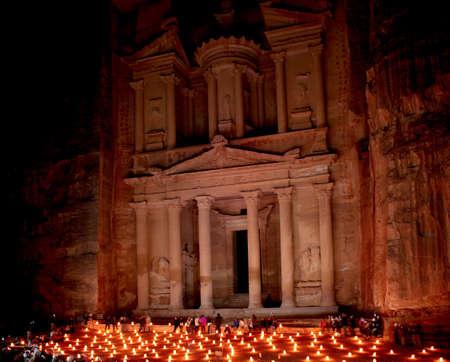 El tesoro en Petra por la noche, Lost roca ciudad de Petra Jordania Editorial