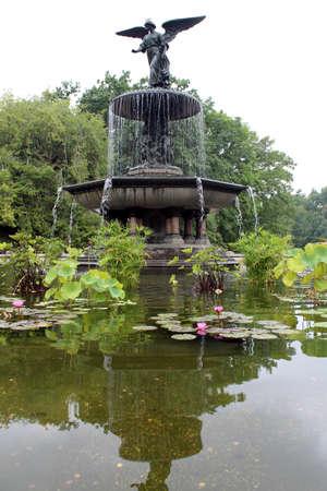 ベセスダ噴水、彫像頂上水像の有名な天使と参照ヨハネ福音書は、ベセスダのプールを祝福と癒しの力を与える天使について説明します 写真素材
