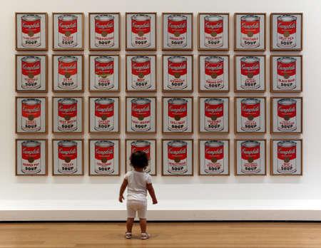 CIUDAD DE NUEVA YORK - 04 de septiembre el Museo de Arte Moderno Visitantes en 04 de septiembre 2013 en Nueva York, NY El edificio es de dise�o por el famoso arquitecto japon�s Yoshio Taniguchi y la colecci�n del MoMA ha crecido hasta incluir m�s de 150.000 piezas de arte y objetos de dise�o Editorial