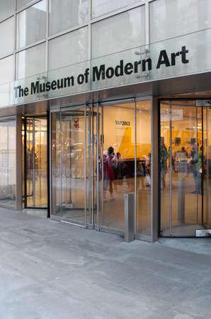 Museo MoMA de Arte Moderno, Nueva York Entrada El edificio es de dise�o por el famoso arquitecto japon�s Yoshio Taniguchi y colecci�n del MoMA ha crecido hasta incluir m�s de 150.000 piezas de arte y objetos de dise�o Es el museo m�s influyente del arte moderno en t Editorial