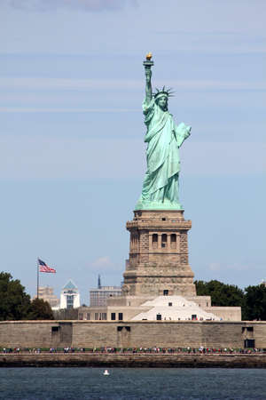 enlightening: The Statue of Liberty (Liberty Enlightening the World), a colossal neoclassical sculpture on Liberty Island in the middle of New York Harbor, Manhattan. The statue is of a robed female figure representing Libertas, the Roman goddess of freedom, who bears  Editorial