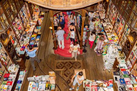 ポルト, ポルトガル - 7 月 04: 有名な書店 Livraria Lello を訪れる人々 は、1919年に確立の一つです、ポルトガルで最も古い書店 2015 年 7 月 4 日ポルトの
