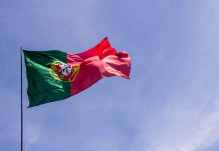 identidad cultural: Portugal bandera nacional ondeando en el viento