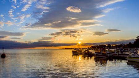 オリャン マリーナ曇り日没、都市は Ria Formosa 湿地自然保護公園、アルガルヴェの先の首都です。ポルトガル。