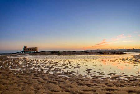夕日と歴史的な生活-ガード アルガルヴェの Ria Formosa 自然保護区、Fuseta の漁業の町で、フォア グラウンドで構築します。ポルトガル