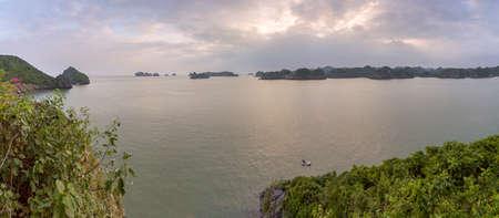 Monkey island panoramic scenario Lan Ha bay, landmark destination, Cat Ba islands (South of Halong bay), Vietnam. Imagens