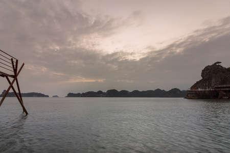 Sunset island beach scenario Lan Ha bay, landmark destination, Cat Ba islands (South of Halong bay), Vietnam. Imagens