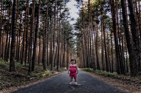 Ragazza perde nei boschi terrorizzati piange inconsolabile