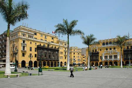 ペルーのリマの示す植民地のダウンタウンの建物と青空の景色