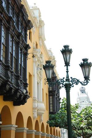 植民地時代のバルコニーと街路灯ペルーのリマのダウンタウンの眺め 写真素材