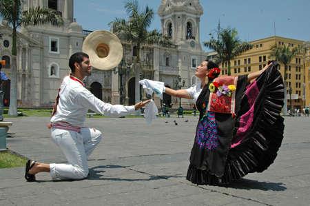bandera peru: Marinera bailarines delante de la catedral de Lima, Per�