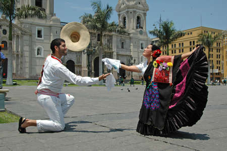 Marinera danseurs en face de la cathédrale de Lima, Pérou
