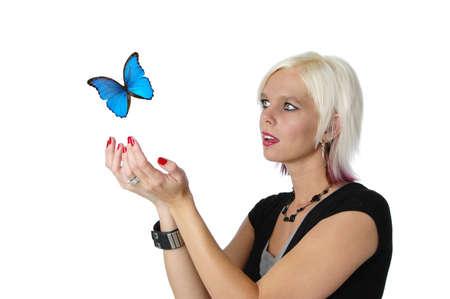 Prachtige blond te laten een vlinder gaan geïsoleerd op wit