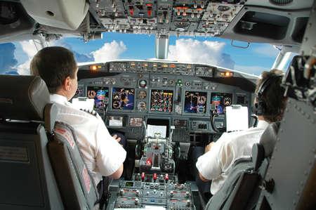pilotos aviadores: Pilotos en la cabina durante un vuelo comercial  Foto de archivo