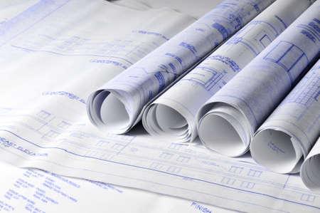 Rouleaux de blueprins architectural sur une table de dessin Banque d'images