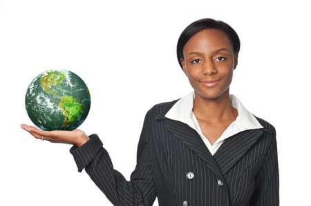 continente africano: Young negra empresaria sosteniendo la tierra Foto de archivo