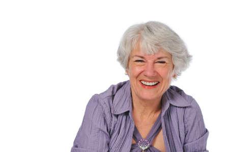 Zeer aantrekkelijke Senior dame glimlachend geïsoleerd op wit